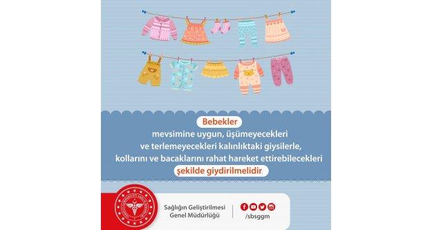 Bebekler; mevsimine uygun, üşümeyecekleri ve terlemeyecekleri kalınlıktaki giysilerle