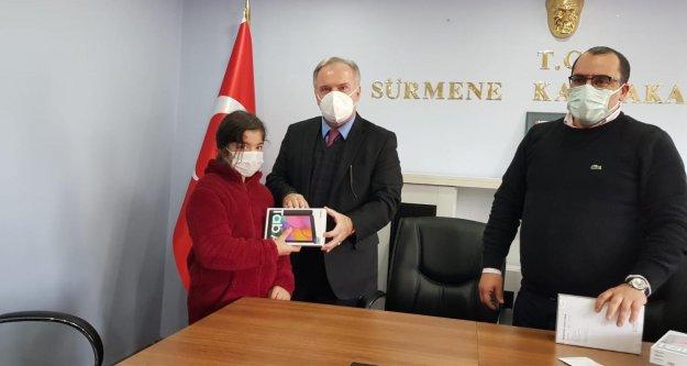 Sürmene'de Öğrencilere 580 adet tablet...