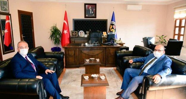 Vali Ustaoğlu, Vakıflar Bölge Müdürü İsmet Çalık'ı ziyaret etti.